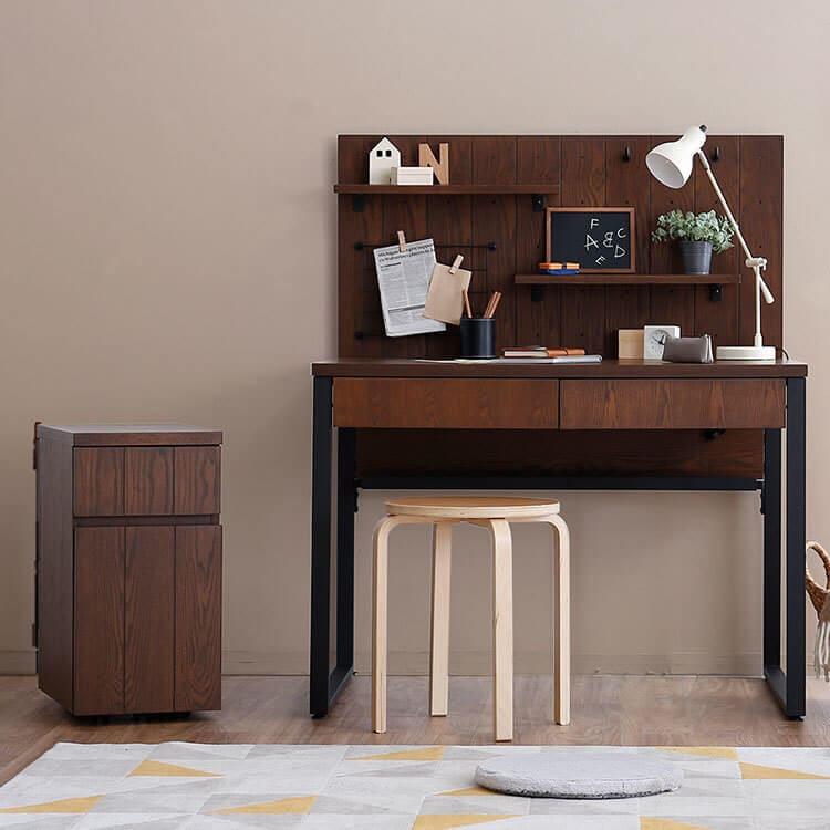 大人の雰囲気の机